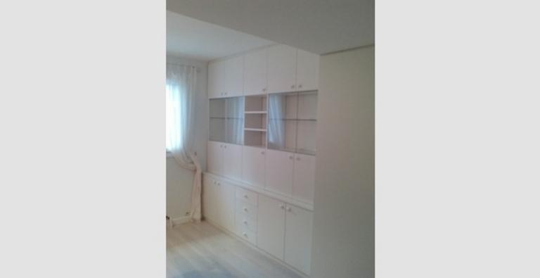 Placard portes battantes, tiroirs + vitrines