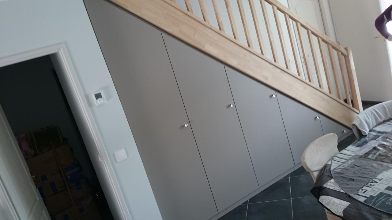 sous escalier couleur argile
