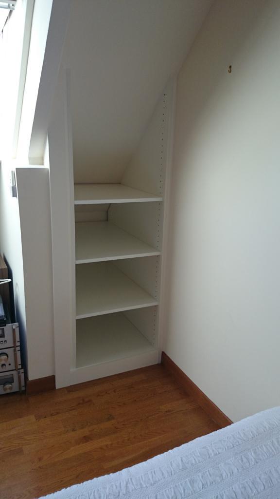 coté étagères fini sans portes battantes, peint au RAL de la pièce