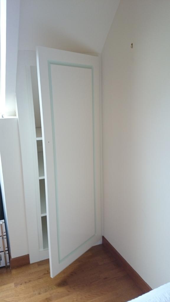 coté étagères, avec porte battante moulurée peinte