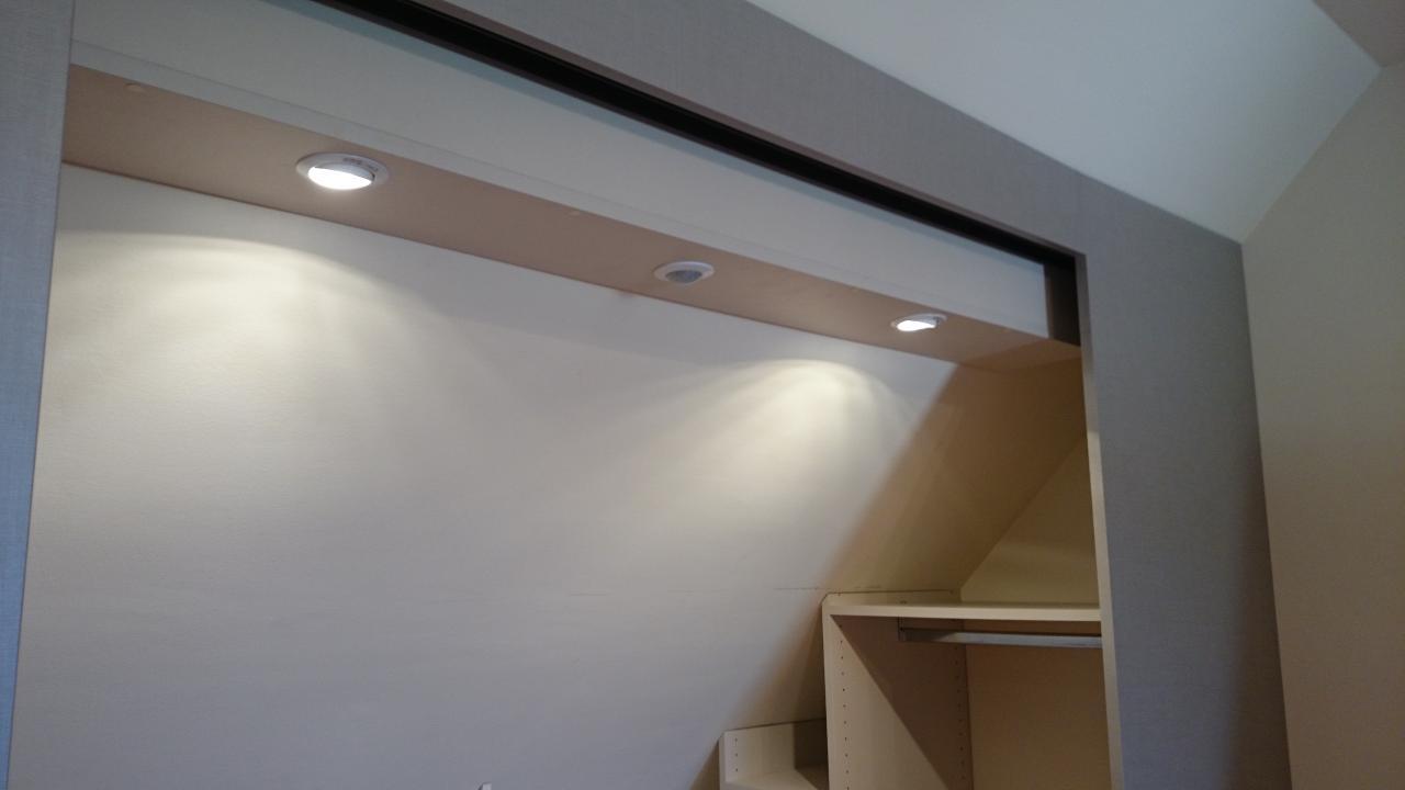 zoom sur le toit et son système d'éclairage LED + détecteur IR