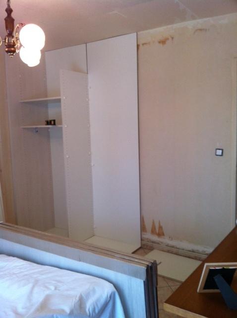 début du placard dressing avec fond en installation...